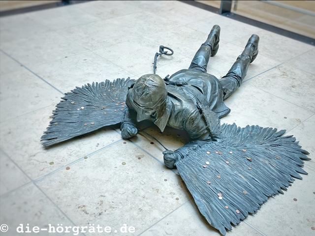 Plastik eines Flugpioniers vom Flughafen BER, vormals neben dem Taxistand am Flughafen Tegel