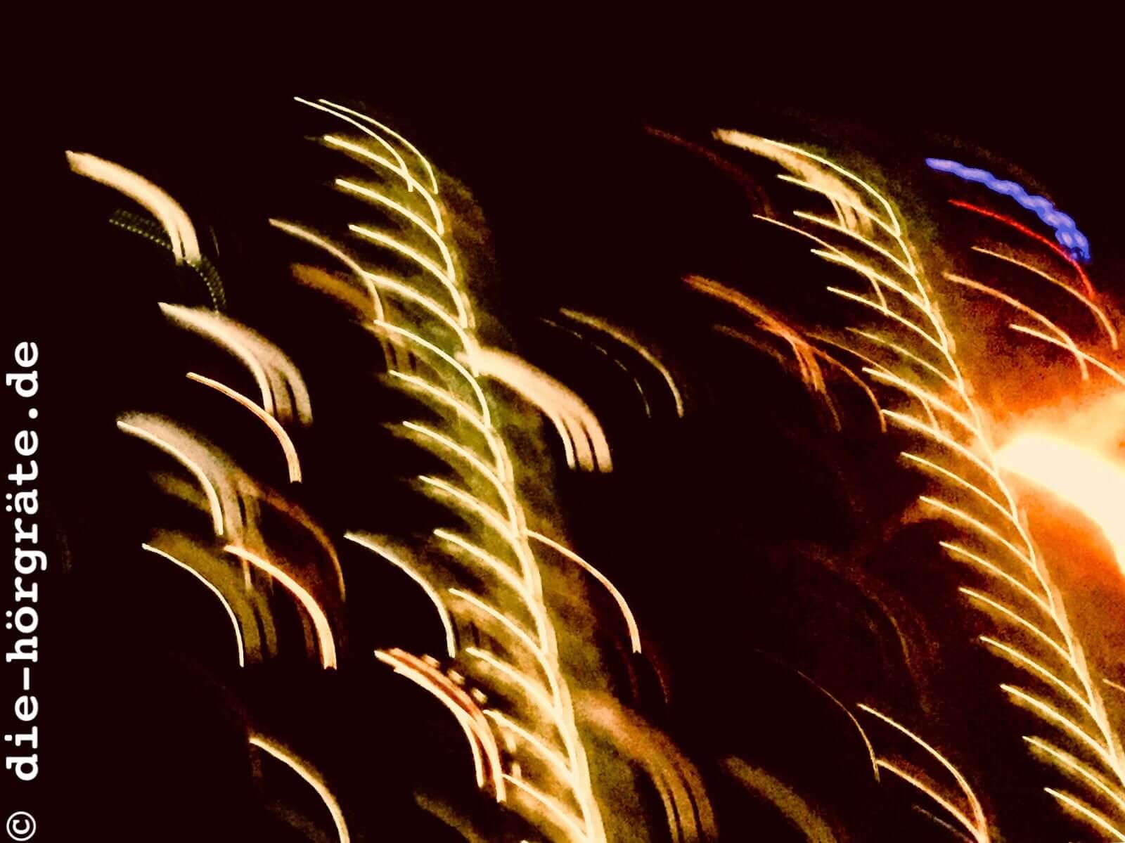 verwackeltes Hochhaus bei Nacht