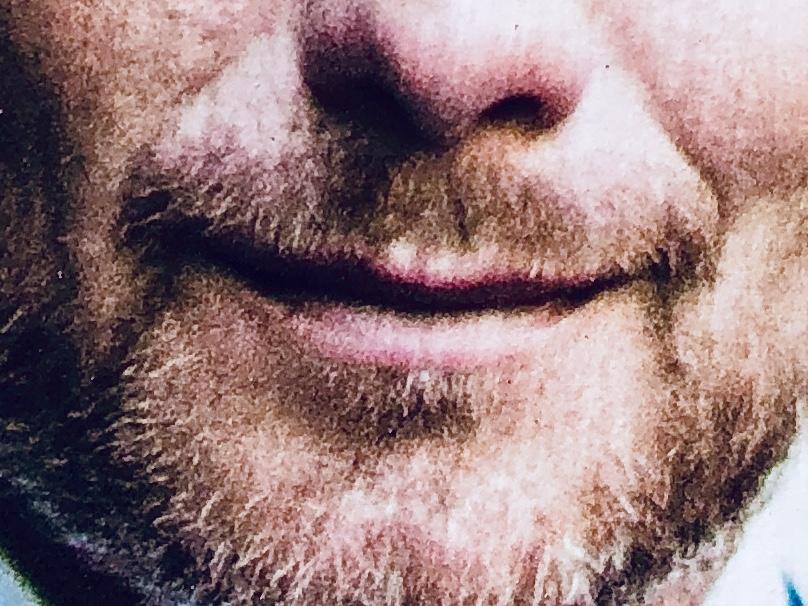 Lächeln eines Politikers von einem Wahlplakat