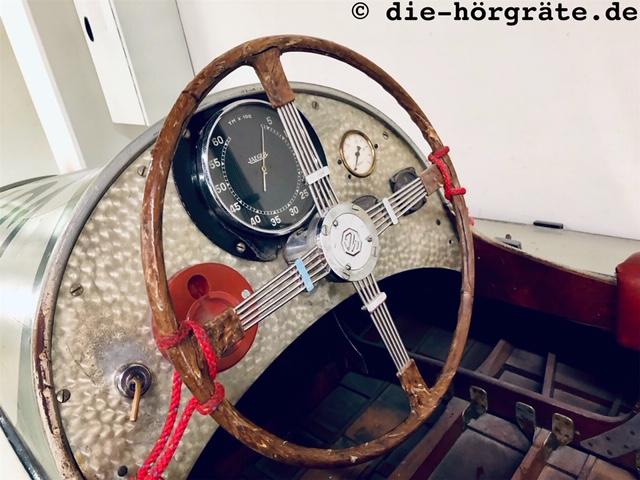 Cockpit eines Rennmotorboots