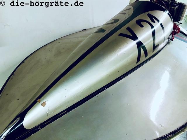 Spitze eines Motorboots, zum Beitrag über Lärm und Macht