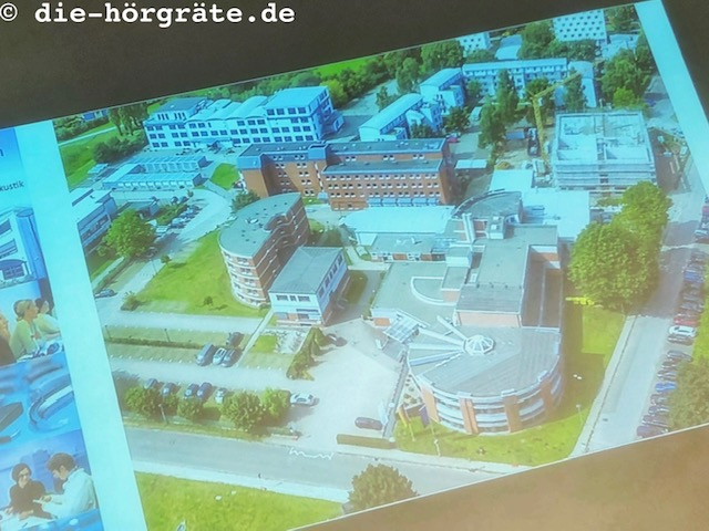 Illustration zum Beitrag über die Akademie für Hörakustik in Lübeck auf die-hörgräte.de