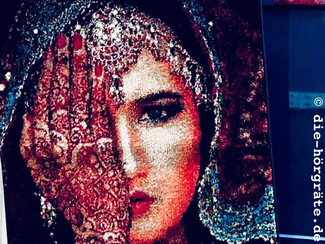 Frau mit zugehaltenem Auge