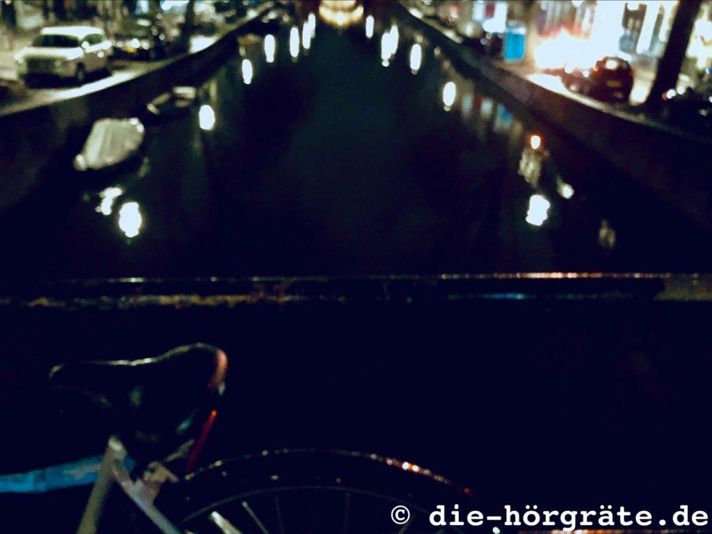 Blick von einer Brücke ins Wasser