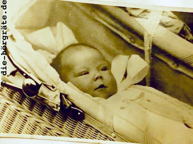 ein altes Foto von einem Baby in einem Kinderwagen (Prinzessin Beatrix)