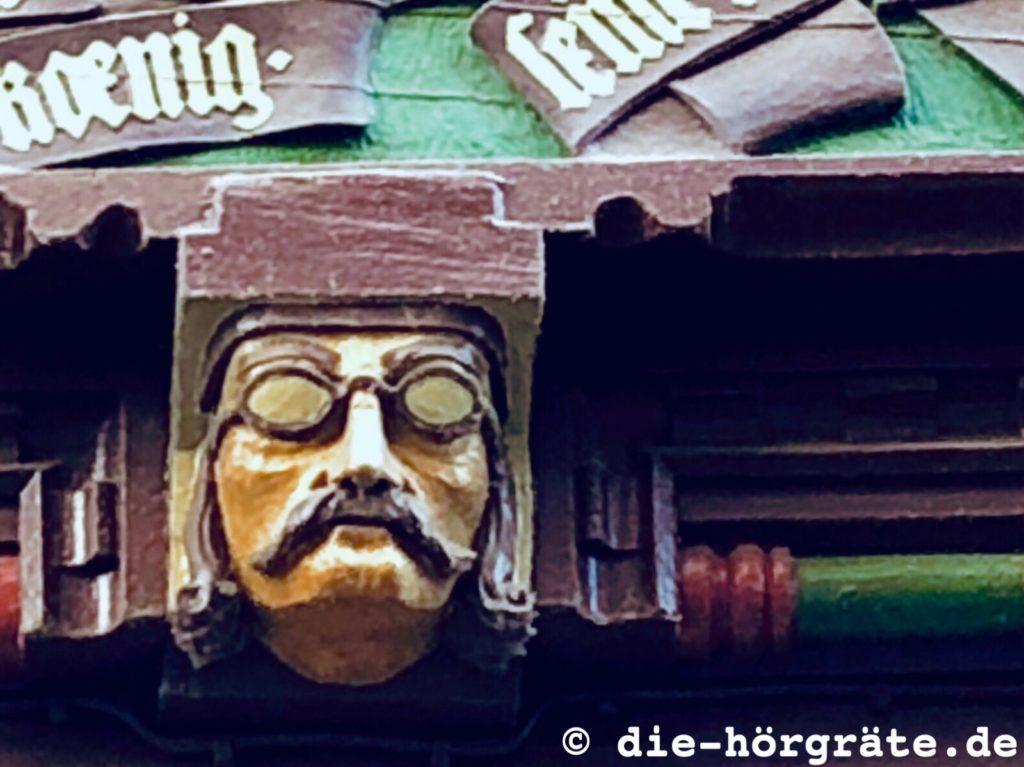 geschnitzter Männerkopf mit Brille