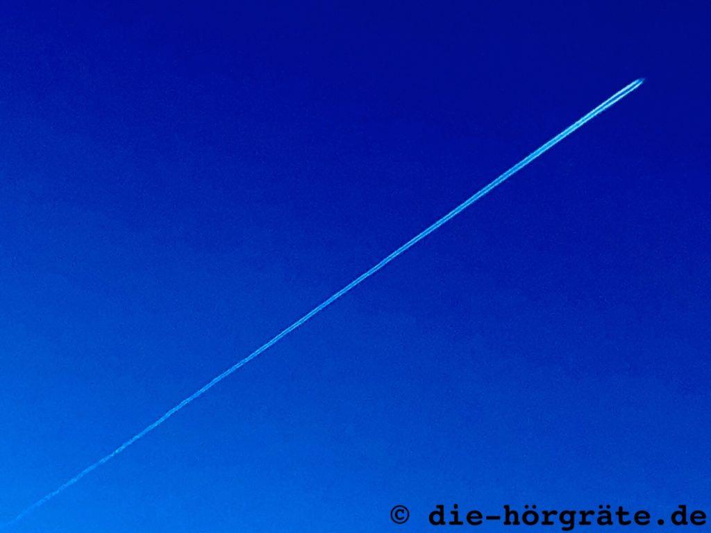Flugzeug ganz weit oben