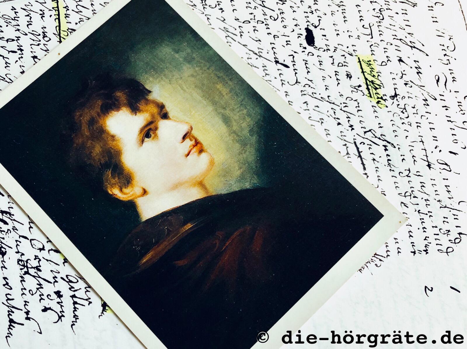 ein Fotos des Dichters Ludwig Achim von Arnim und die Kopie eines Aufsatzes, den er mit zehn Jahren geschrieben hat; das Portrait ist ein Gemälde, das ihn als jungen Mann zeigt, mit sehr hellem Gesicht und gewelltem braunen Haar