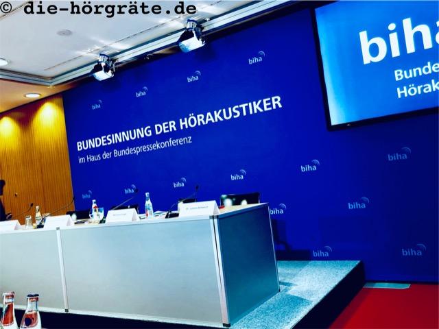 Podium Pressekonferenz