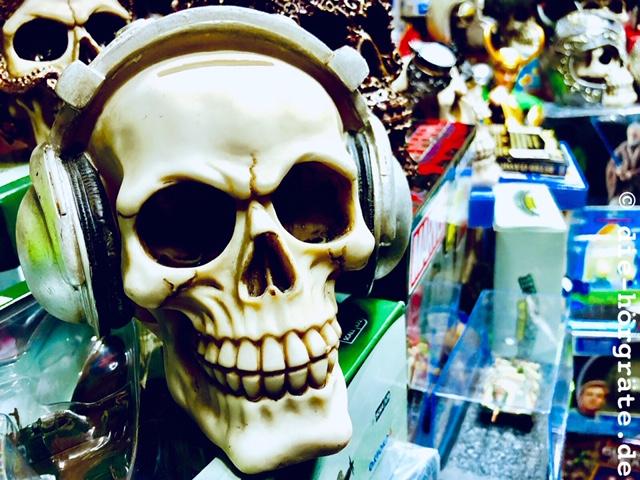Totenschädel mit Kopfhörer