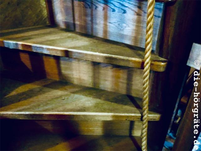 Treppenstufen einerr alten Holztreppe - Foto zum Beitrag über das Glockenspiel von Mechelen