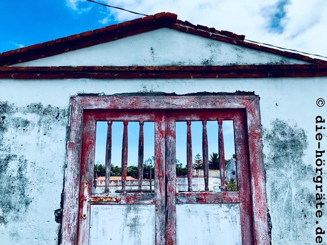verschlossenes Tor zu einem Grundstück